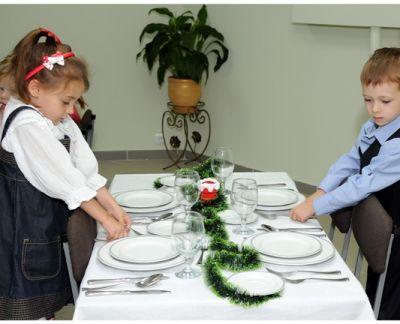 1 copii educati aranjeaza masa
